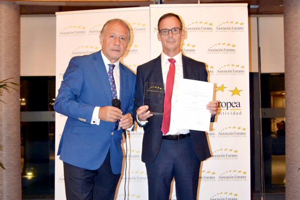 Manuel Navarro, responsible for Magapor Administration and Finance, receives AEDEEC award.