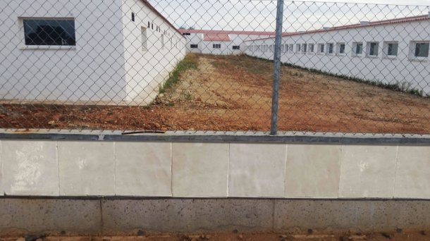 Picture 1: Example of a fence with a smooth tile construction to prevent rodent access.
