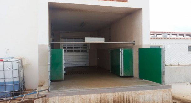 Picture 6. Semi-enclosed loading chute with gates and a horizontal bar to physically separate clean and dirty zones. Courtesy of Agropecuaria Los Girasoles, Spain