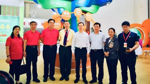 (Left to the right) Guifen Gong, Xintian He, Xirong Li, Guanghua Chen, Guihua Zhang, Jie Yu, Qiangde Liu